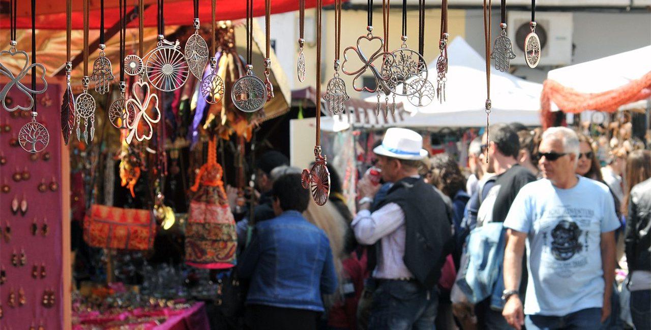 La Cala es transforma en un mercat artesanal a l'aire lliure