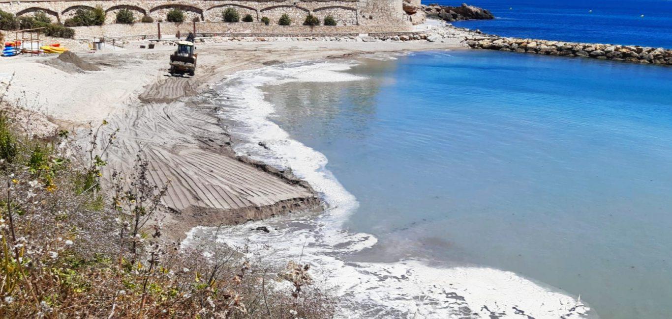 L'Ajuntament aporta 2.700 m³ de sorra a les principals platges